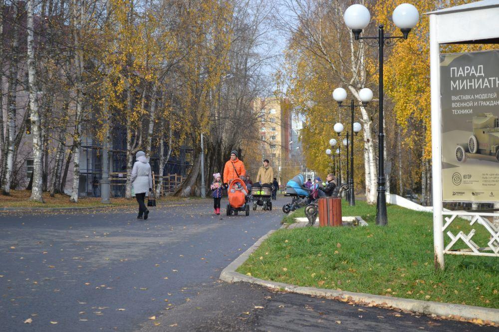 Пока было тепло и сухо жители Сыктывкара с удовольствием прогуливались в Парке отдыха им.Кирова.