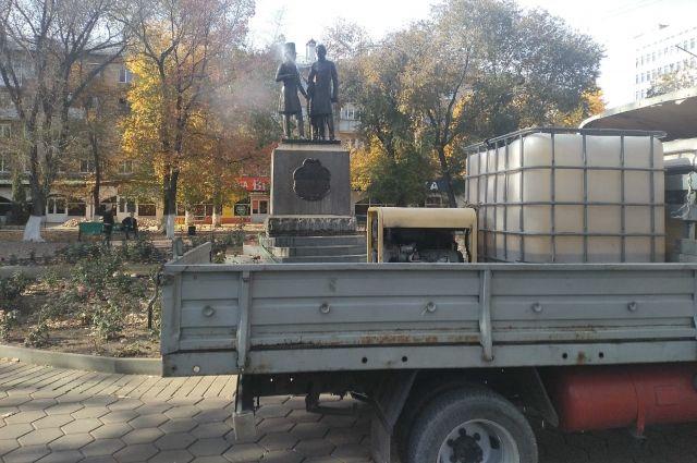 Памятник Пушкину и Далю в Оренбурге в этом году помыли 26 раз.