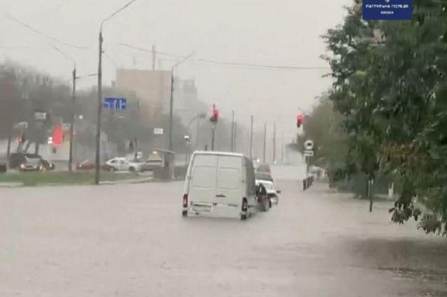 В Киеве затопило улицы: полиция просит водителей избегать поездок