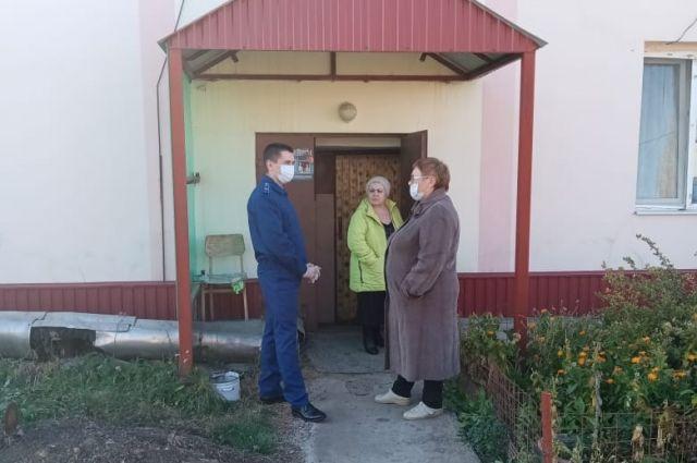 Администрация Саракташского района незаконна отключила отполение в жилом многоквартирном доме в Черном Отроге.