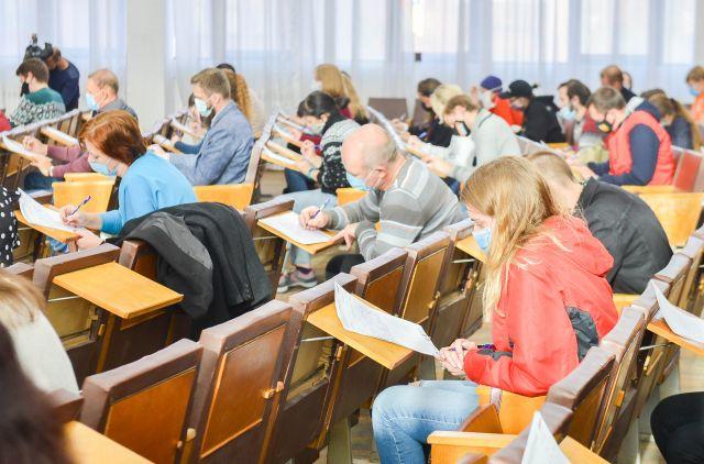 В этом году участникам акции предложили написать под диктовку текст писателя Андрея Геласимова, подготовленный специально для проекта.