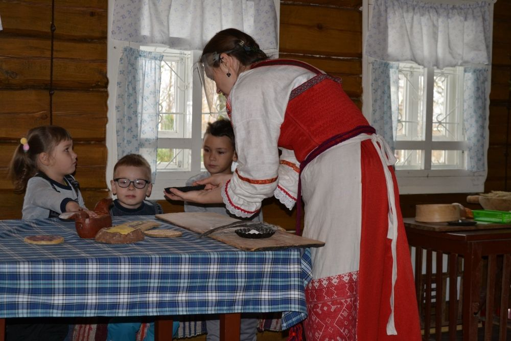 В Доме-музее И.П. Морозова гостей принимали в уютной обстановке деревенской избы.