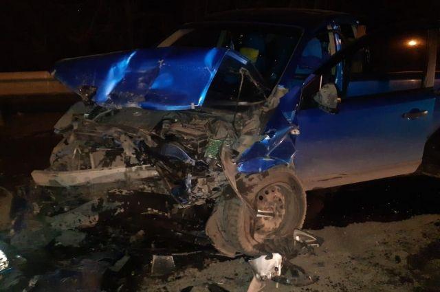 Водитель автомобиля «Toyota Ist» выехал на полосу встречного движения.