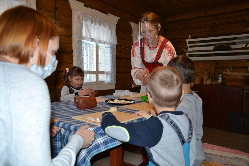 Гости мероприятия самостоятельно изготовили печенье.