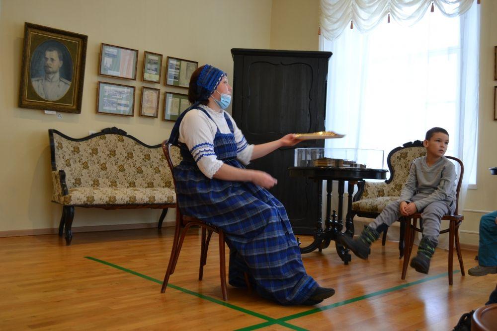 В Литературном музее И.А.Куратова юные посетители узнали, чем лакомятся герои волшебных сказок, ребята прогулялись по книжным «вкусняшкам», слепили «стихотвореники» и устроили театральное «чаепитие».