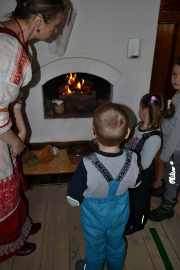 Огонь развели в настоящей русской печи.
