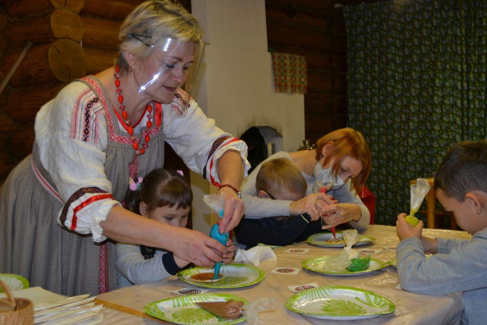 Вкусной частью праздника стал мастер-класс по украшению праздничного печенья. Кстати, коми очень редко выпекали печенье.