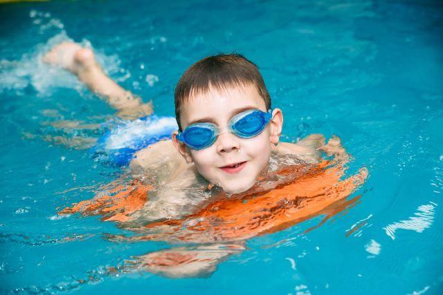 Нахождение в воде полезно и для совсем маленьких детей, и для дошкольников.