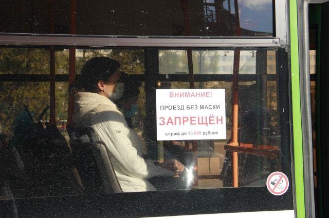 Пассажиров без масок штрафуют.