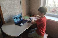 На карантине дети находятся две недели, учатся в это время дистанционно.