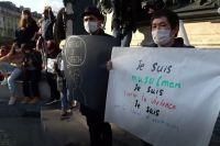Участник одной из многочисленных акций в память об убитом во Франции, на плакате которого сказано, что он - мусульманин и он против насилия
