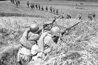 Пулемётчики прикрывают наступление пехотинцев у Моздока. 1942 год