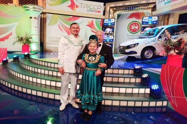 Руслан Амиров с дочкой исполнили музыкальный номер