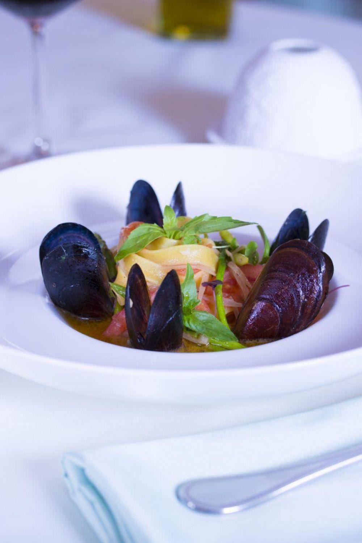 Домашние тальятелле с мидиями в собственном соку. Ресторан DolceVita, шеф-повар Витторио Соверина.
