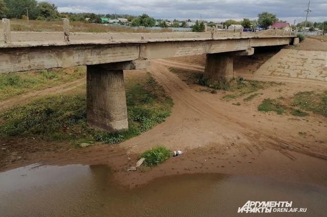 В прежние годы, чтобы переехать реку Черную, нужен был вот такой мост.