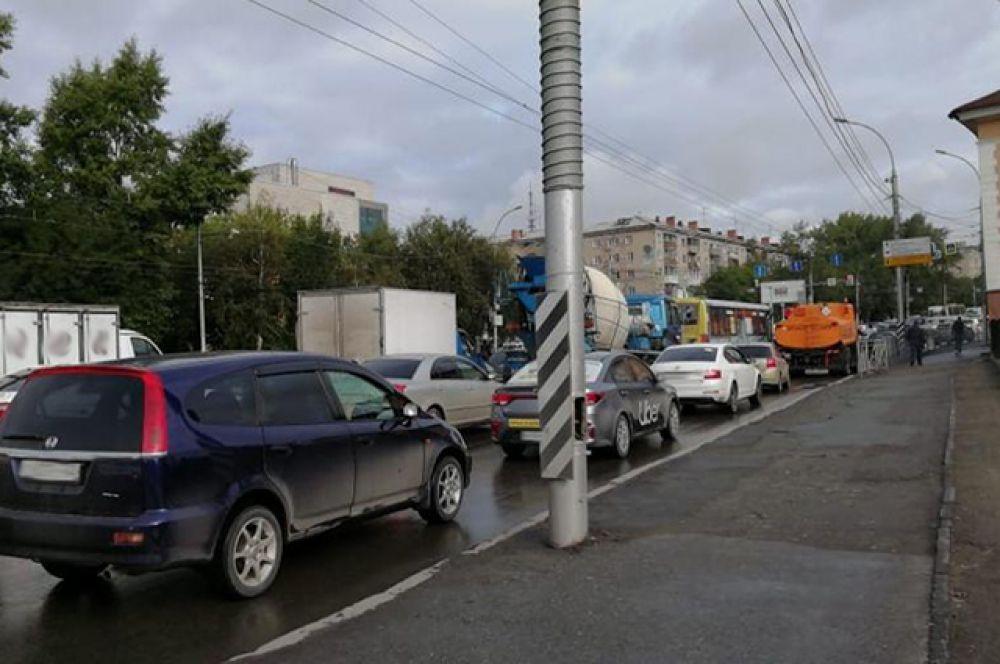 Такая пробка, например, ежедневно появляется на улице Сибиряков-Гвардейцев.