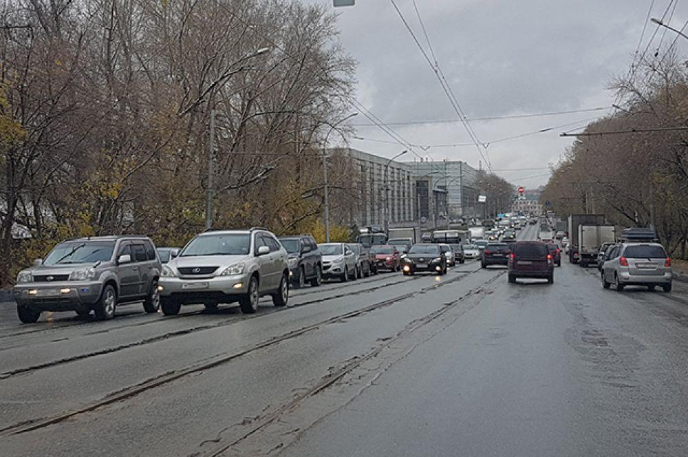 Многие жители города отмечают, что новосибирские дороги не предназначены для такого количества автомобилистов. Недовольны водители и качеством дорог.