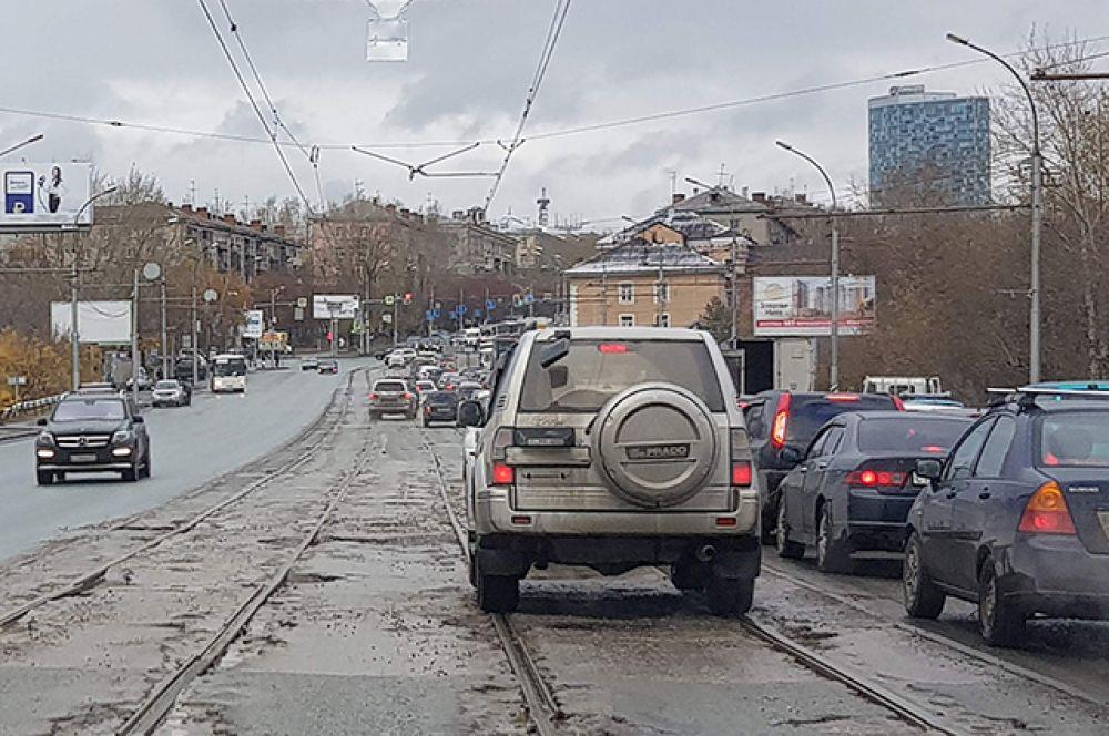 Отсутствие движения заставляет переживать автомобилистов как на Правом, так и на Левом берегу города.