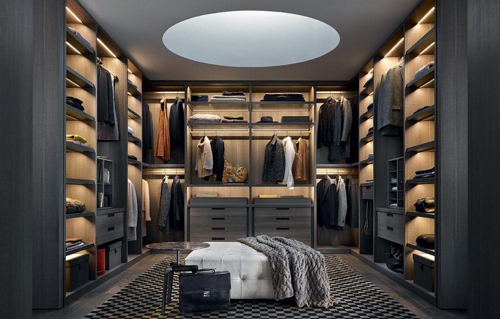 Большая гардеробная комната в тёмных оттенках.