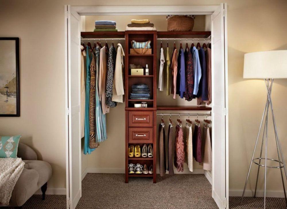 Маленькая гардеробная комната с дополнительным освещением.