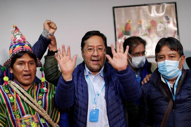 Луис Арсе Катакора, победитель президентских выборов в Боливии (в центре).