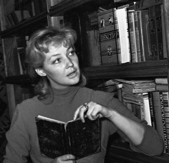 Ирина Скобцева у домашней библиотеки, 1958 год.