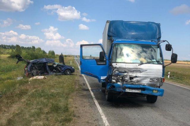 Следователи установили, что водитель из Омска за рулем автомобиля HINO Ranger, нарушив ПДД, выехал на встречную полосу на 63-м километре автодороги р.п. Чистоозерное — г. Купино (старое направление).