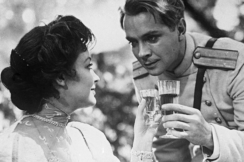 Ирина Скобцева в роли Шурочки и Юрий Пузырев в роли Ромашова в кинофильме «Поединок», 1957 год.