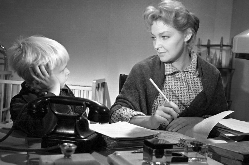 Борис Бархатов в роли Сережи и Ирина Скобцева в роли Марьяны на съемках фильма «Сережа», 1960 год.