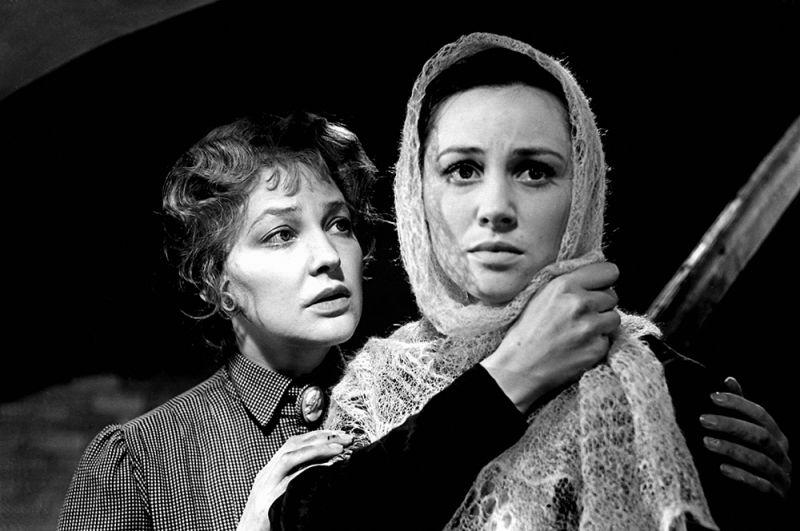 Актрисы Татьяна Конюхова и Ирина Скобцева в фильме «Заре навстречу», 1959 год.