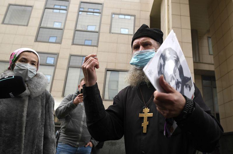 Священнослужитель выступает перед журналистами у здания Московского городского суда перед началом рассмотрения апелляционной жалобы на приговор актеру Михаилу Ефремову по делу о ДТП со смертельным исходом.