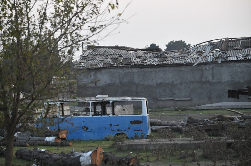 Разрушения на территории хлопкового завода в деревне Азат Карагоинлы в Азербайджане.
