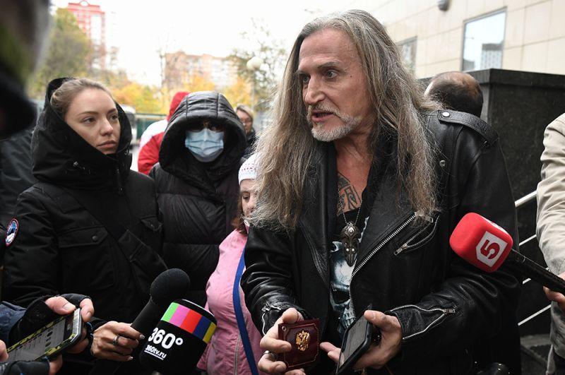 Никита Джигурда отвечает на вопросы журналистов. Актера на заседание не пустили, по его словам, такой «был приказ».