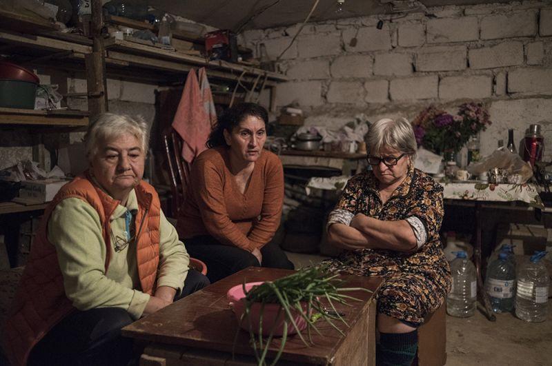 Жители Степанакерта переместились в подвал дома из-за обстрелов города.