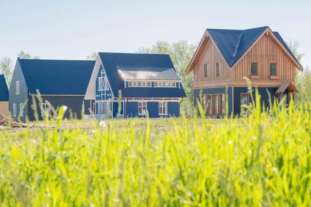 Мира Деревня расположена в 7 км от Новосибирска в Мошковском районе.