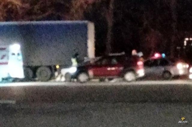В ДТП пострадал водитель легковушки. Характер и степень травм, а также обстоятельства дорожно-транспортного происшествия предстоит установить сотрудникам полиции.