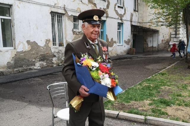В День 75-летия Победы специально для него провели парад во дворе.