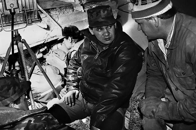 Министр по чрезвычайным ситуациям Сергей Шойгу на месте разрушительного землетрясения в Нефтегорске, июнь 1995 г.