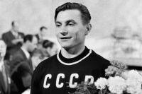 Тяжелоатлет Иван Удодов, советский олимпийский чемпион, завоевавший золотую медаль наиграх вХельсинки, 1952г.