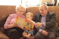 «Бабушка рядышком с дедушкой», а между ними внук – идеальная картина традиционной семьи,  в которой в воспитании детей участвуют все поколения.