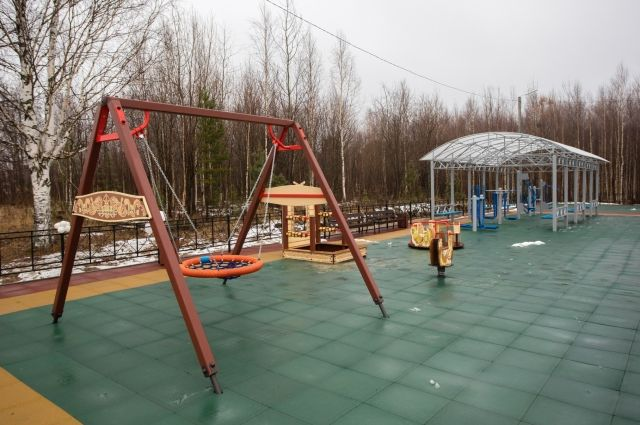 На площадке размещены качели и тренажеры для занятий спортом