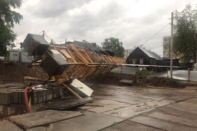 Упавший кран разрушил жилой дом.