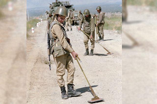 Разминирование дороги инженерно-саперным подразделением советских войск. 1988 г.