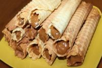 Любимый десерт детства: рецепт трубочек со сгущенкой