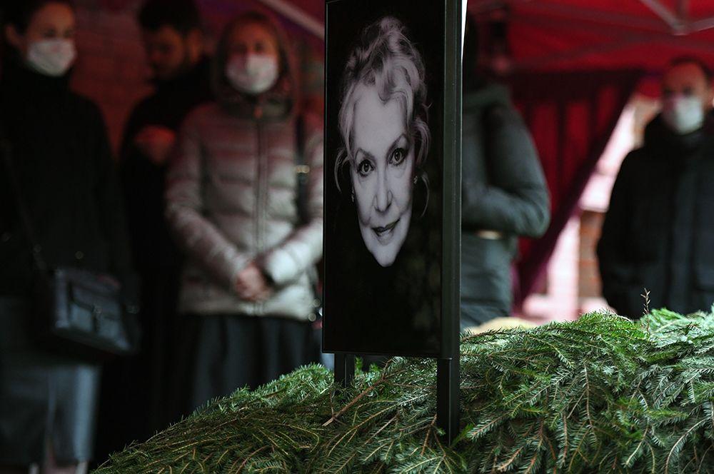 Траурная процессия во время похорон народной артистки РСФСР Ирины Скобцевой на Новодевичьем кладбище.