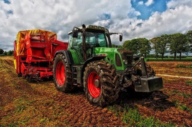 Субсидия предоставляется на приобретение крупногабаритной колесной сельхозтехники: тракторов, зерноуборочных комбайнов, картофеле- и свеклоуборочных машин.