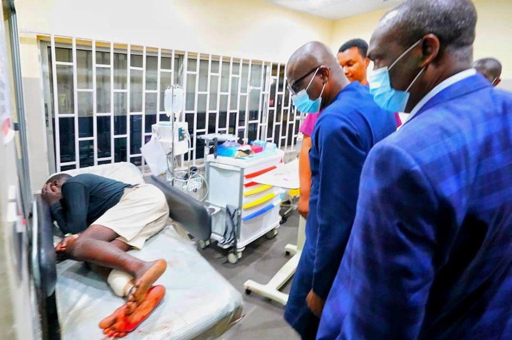Губернатор штата Лагос Бабаджиде Санво-Олу посещает раненых в больнице в Лагосе.