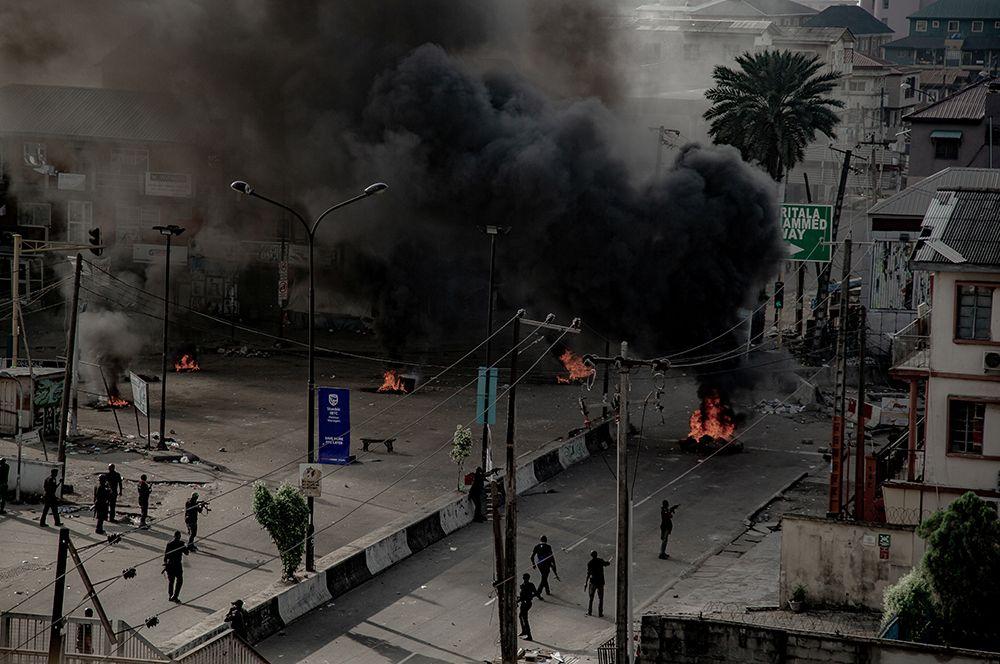 Вооруженные люди на улицах в Лагосе.