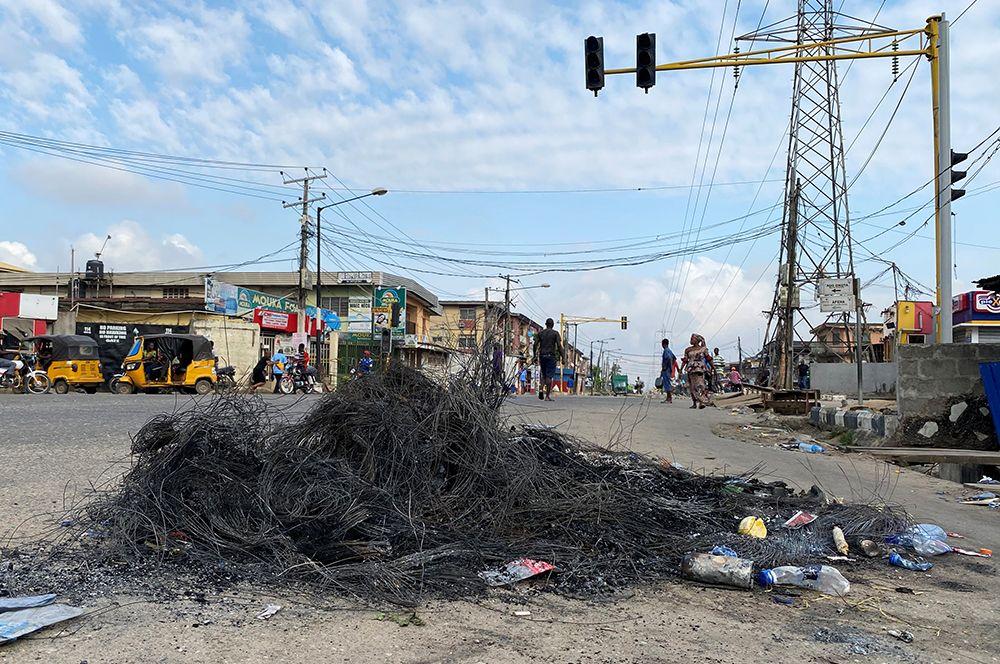 Сгоревшие баррикады на улице Окота в Лагосе.
