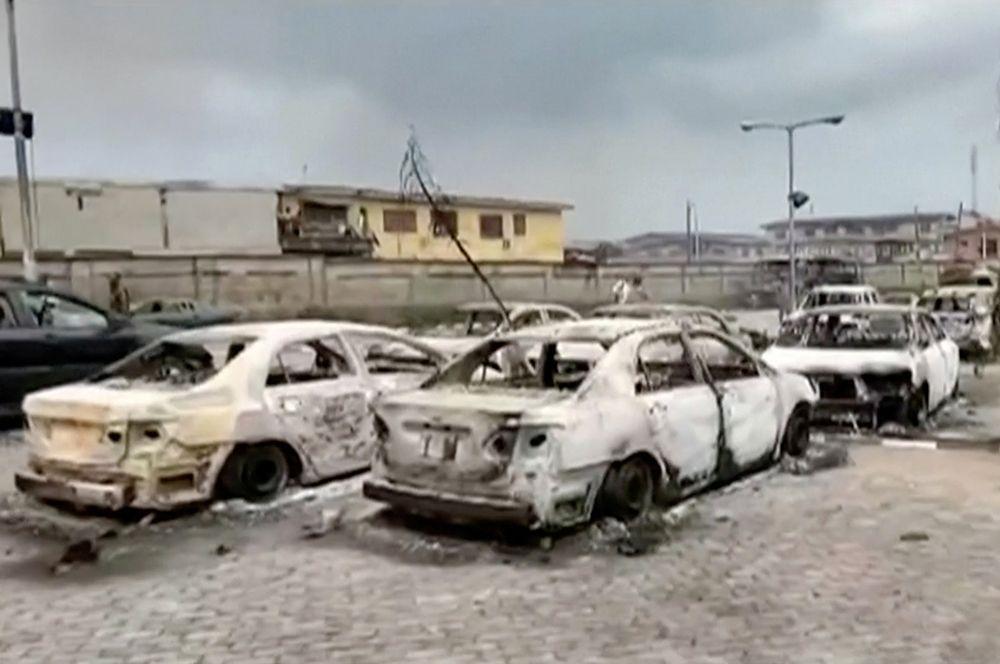 Сгоревшие автомобили возле здания телеканала TVC в Лагосе.
